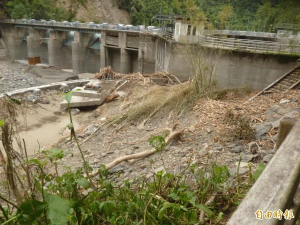 內洞的羅好壩淤積嚴重,壩體嚴重受損。(記者黃昭國攝)
