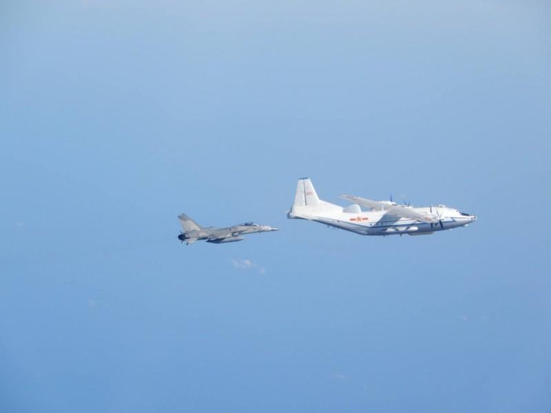 港媒爆料,台灣戰機近期與共機相遇時,意外地發射了一枚「自衛武器」。共機繞台示意圖,非新聞事件。(資料照)