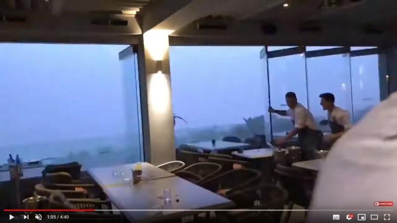 希臘哈爾基季基半島(Halkidiki peninsula)近來出現詭異的氣候現象,10日遭狂風、暴雨、冰雹襲擊,因而導致7人喪命、100人受傷,有民眾正巧紀錄下巨型閃電及狂風亂掃的恐怖景象。(圖擷取自Youtube)