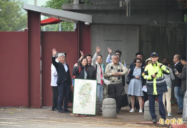 NGOs環境會議合辦團體代表一行人,15日下午帶著守護台灣地圖,前往總統官邸拜會總蔡英文。(記者劉信德攝)
