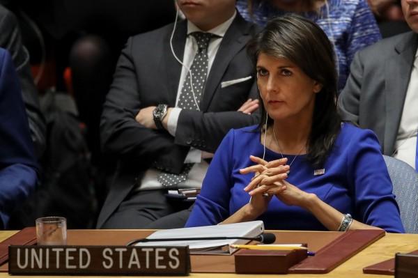 美國駐聯合國大使海利(藍衣)表示,川普向她表示,「美國已將子彈上膛。」(法新社)