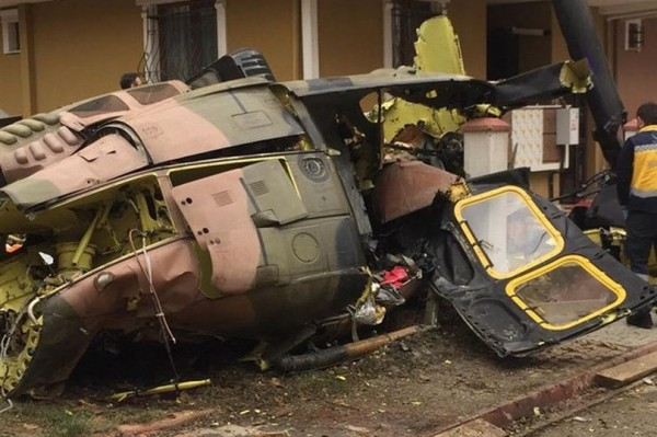 土耳其一架軍用直升機今(26)日於伊斯坦堡市中心墜毀,機上士兵4人罹難1人受傷。(圖取自《鏡報》)