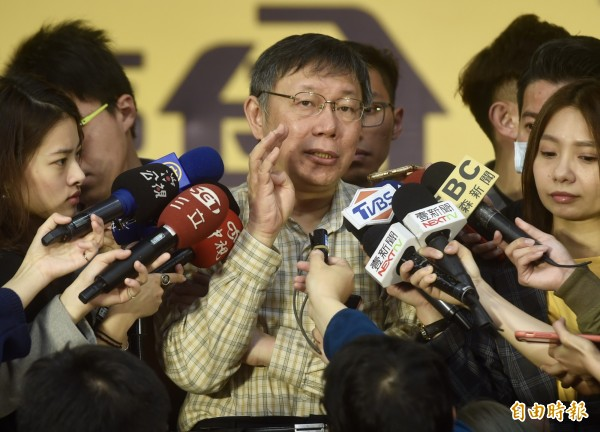 台北市長柯文哲18日出席公私立高中高職博覽會,接受媒體聯訪。(記者簡榮豐攝)