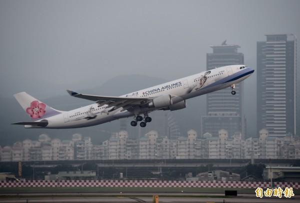 由於政治敏感問題,總統馬英九7日由松山機場搭乘華航專機,未搭印有中華民國國旗的總統專機,飛往新加坡出席馬習會。(記者簡榮豐攝)