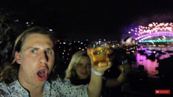 英國電台主持人威爾(James Ware),近日選擇利用飛機「趕場」、跨越3千英里(約4828公里),在雪梨(見圖)和南太平洋海島上爽看兩次煙火。(圖擷自YouTube)
