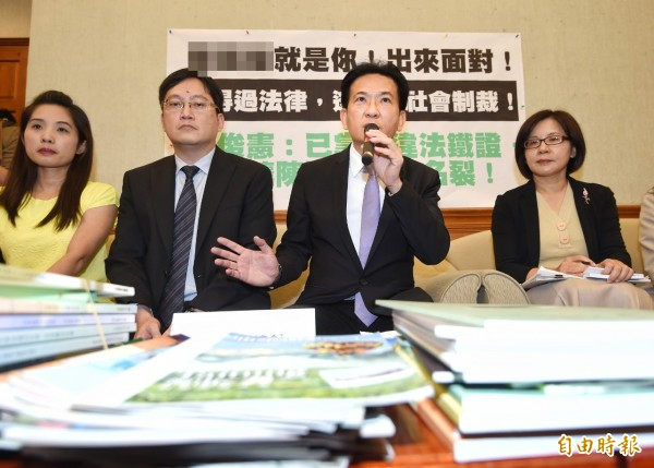 立委林俊憲3日舉行記者會,指控補教C師,並請檢舉人徐小姐出席說明。(記者方賓照攝)