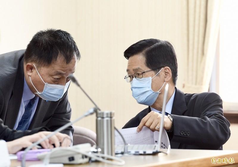 立法院磐石艦專案會議,國防部長嚴德發(右)到會備詢。(記者羅沛德攝)
