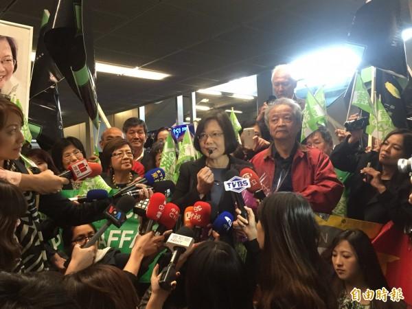 民進黨總統參選人蔡英文昨天飛抵芝加哥,僑胞社情接機。(記者陳慧萍攝)