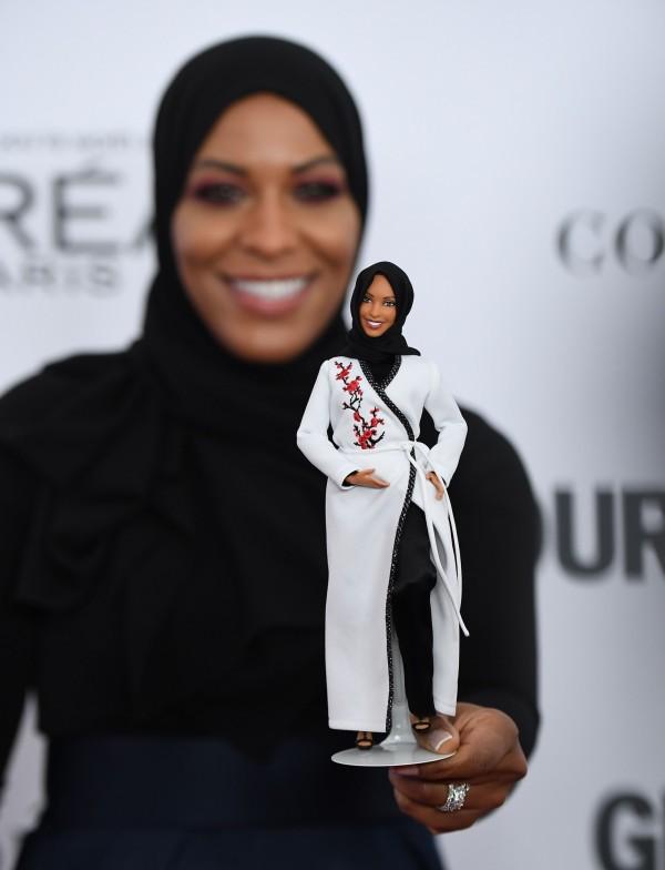 穆罕默德週一(13日)在紐約出席年度魅力女性晚會,手上拿著以她為形象的芭比娃娃。(法新社)