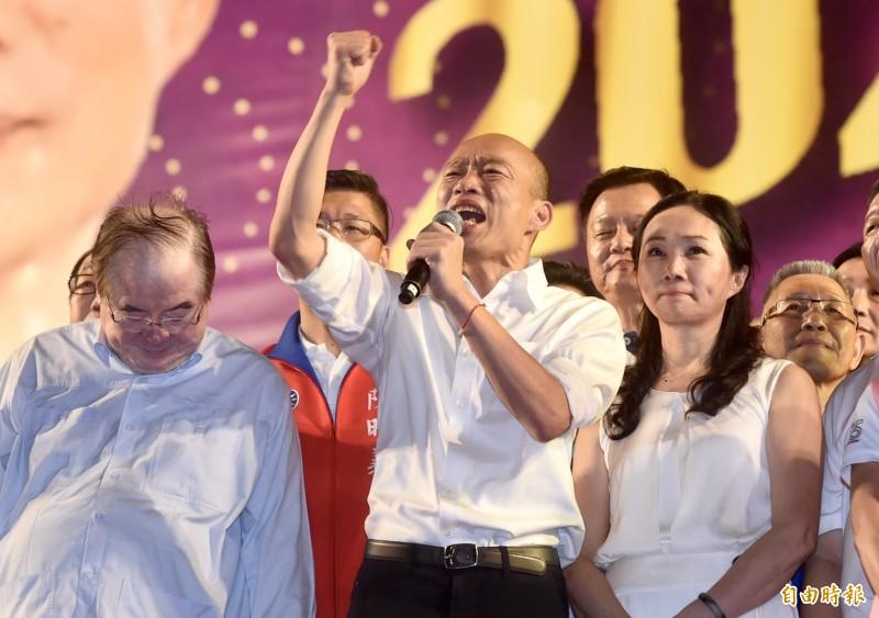 韓國瑜(中)今晚在新北市造勢晚會上,自稱被「黑」得太嚴重所以要穿得越白,更夾雜台語嗆「放馬過來,恁爸等你」。(記者簡榮豐攝)