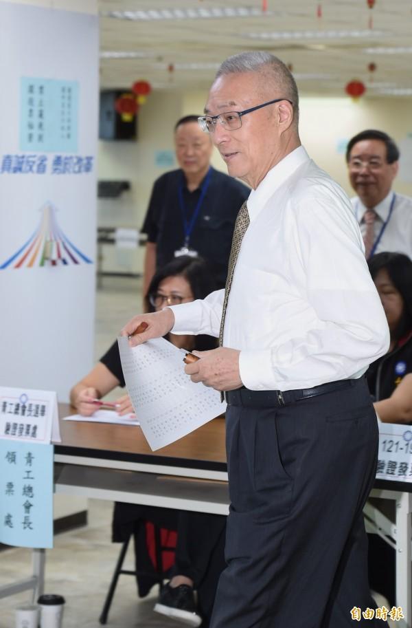 國民黨舉辦中常委選舉投票,黨主席吳敦義前往設在中央黨部的投開票所投票。(記者劉信德攝)