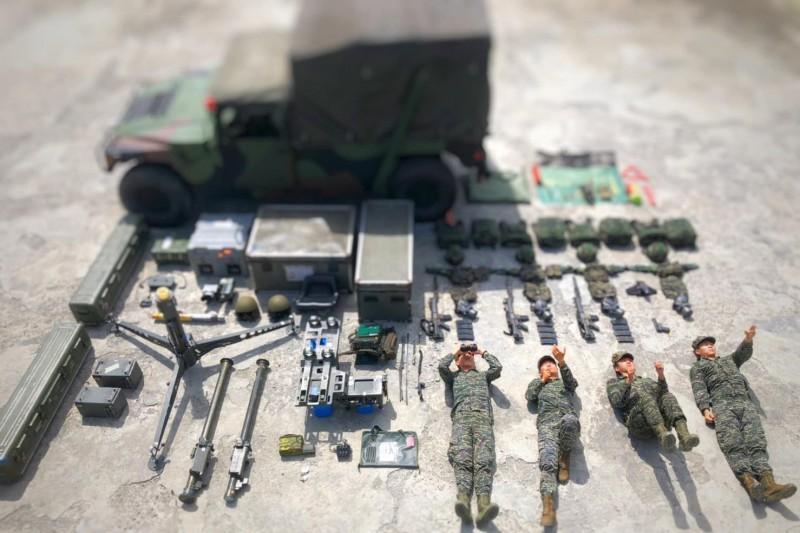 陸戰隊防空部隊展示雙聯裝刺針飛彈,有4名官兵擺出班長、發射手、拿槍警戒和偵測手的姿勢。(圖片擷取自中華民國海軍陸戰隊臉書粉專)
