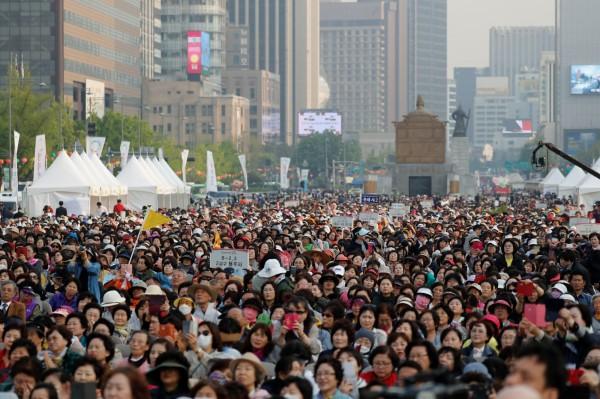南韓首爾的光化門廣場擠滿了關注文金會發展的群眾。(路透)