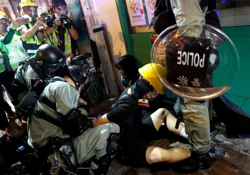 警方多次發射催淚彈後展開拘捕,多人被制伏。(路透)