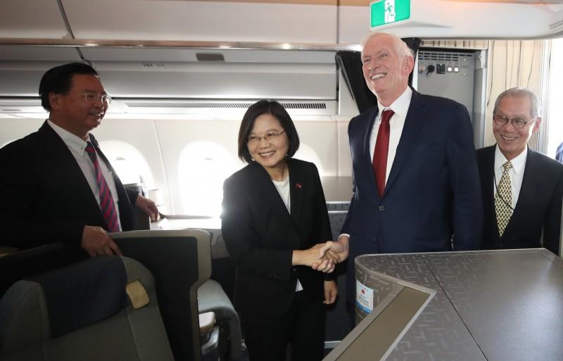 蔡總統專機抵達美國丹佛,AIT主席莫健(右二)及駐美代表高碩泰(右一)登機迎接。(中央社)