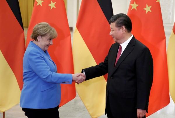 梅克爾(左)今年5月訪問中國,並向習近平(右)討論劉霞問題。