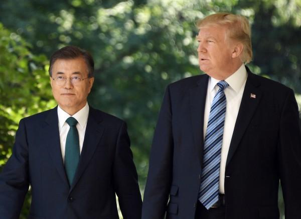 南韓官員今(30)日表示,南韓總統文在寅(左)說,美國總統川普(右)應該獲得諾貝爾和平獎。(法新社)