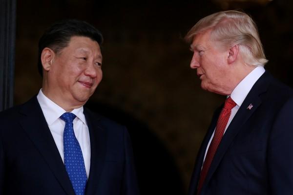 美中貿易戰,中國反擊力度不如美國,不禁讓人疑惑是中國轉向溫和,抑或是仍然有招。圖為習近平與川普。(路透社)