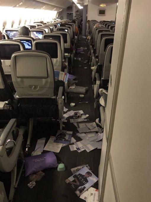 前年11月22日長榮航空台北-芝加哥航班遭遇亂流,機內十分混亂,地上滿是散落物品,造成多人受傷。(圖翻攝自東森新聞)
