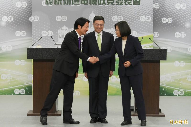 蔡賴雙方在開始政見會前握手。(民進黨提供)