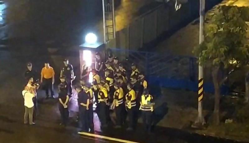 羅東警方今晚調派大批警力,掃蕩林姓運將住家對面的特種場所。(記者江志雄翻攝)