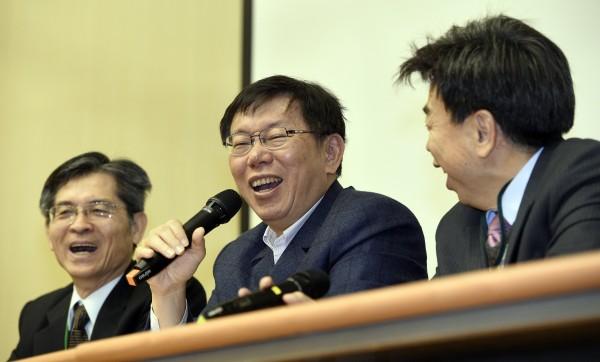 台北市長柯文哲(中)今日出席民間能源論壇提到,核四應該認賠殺出。(記者叢昌瑾攝)