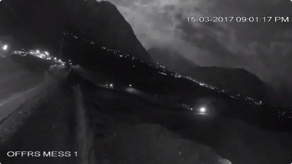 巴基斯坦北部15日晚間疑似一顆流星劃過天際,點亮山區夜空。(圖擷取自推特影片)