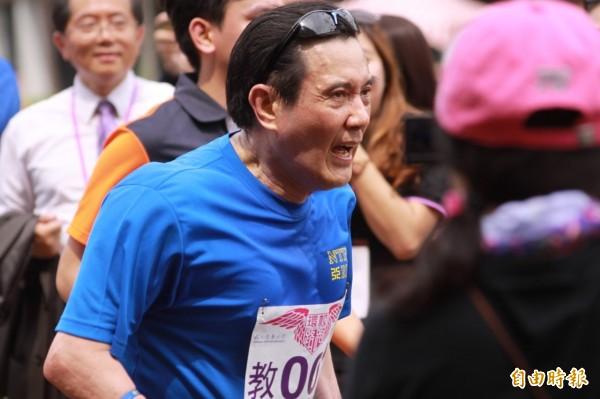 總統馬英九今天上午參加清華大學在台建校60週年校慶環校路跑活動時,因為穿著短褲,被媒體拍到疑似走光相片。(記者王駿杰攝)