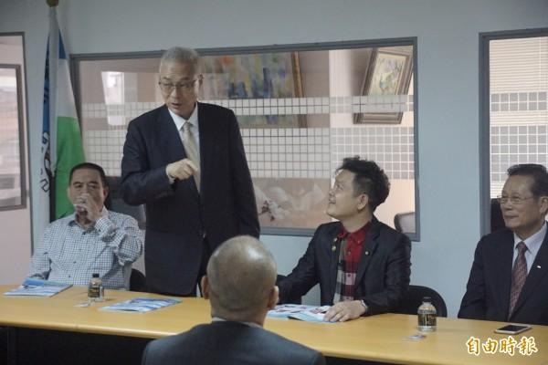 對於吳敦義(見圖站者)在高雄輔選時的言論,國民黨文傳會代理主委唐德明回應說,吳敦義並沒有指名道姓,一切都是媒體的臆測,除非有人自動對號入座。(記者黃佳琳攝)