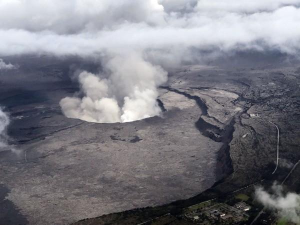 火山口噴出的氣體含有大量二氧化硫,溶入雨水將形成酸雨。(法新社資料照)