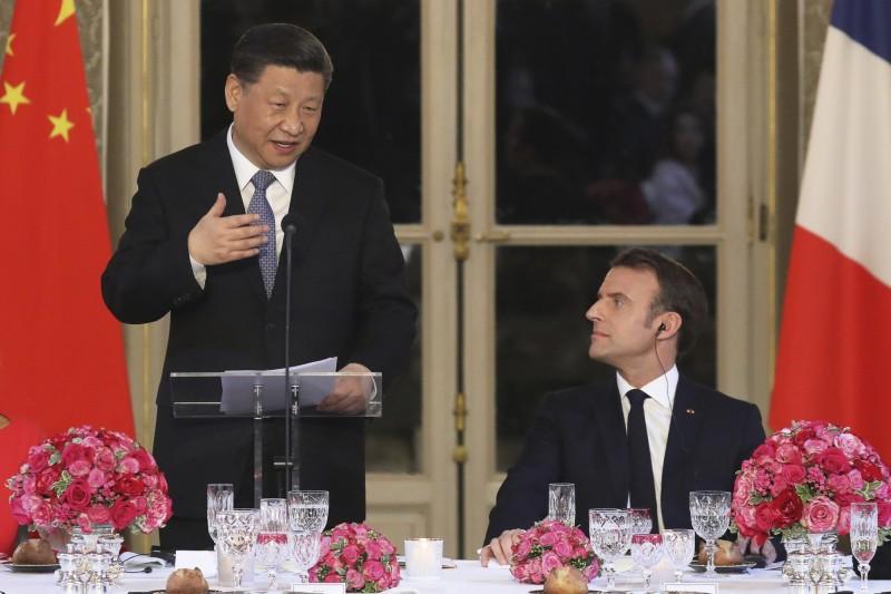 中國國家主席習近平(左)與法國總統馬克宏(右)在本月25日共進晚餐。(美聯)