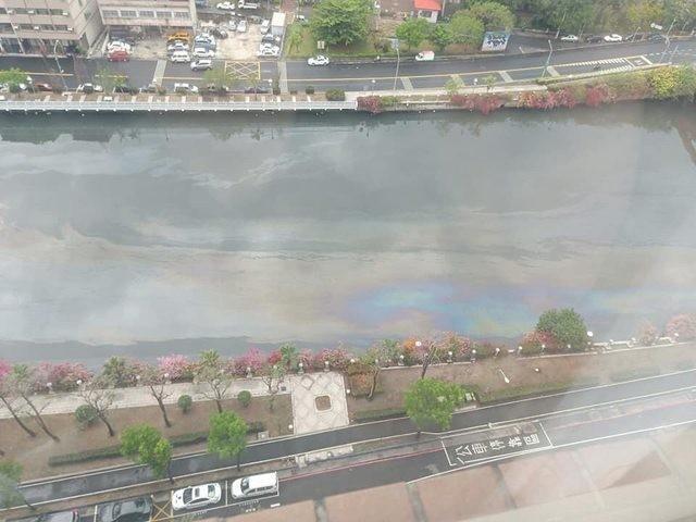 高雄民眾發現,愛河河面上漂浮一層油。(圖擷取自臉書《爆廢公社》)