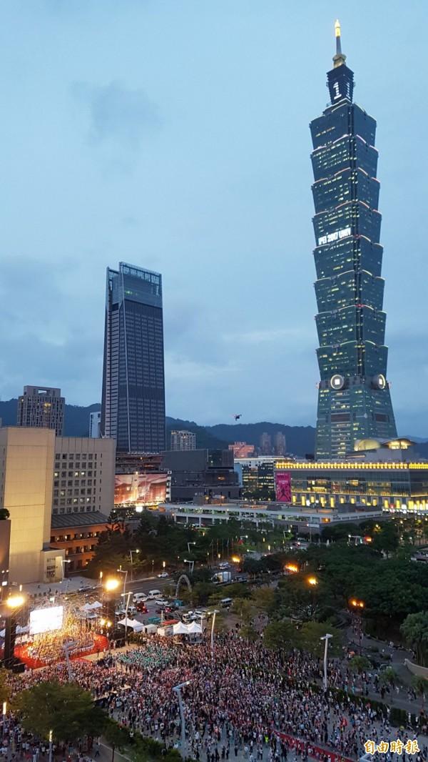 台北市政府前廣場擠滿人潮,迎接「台灣英雄」。(記者陳志曲攝)
