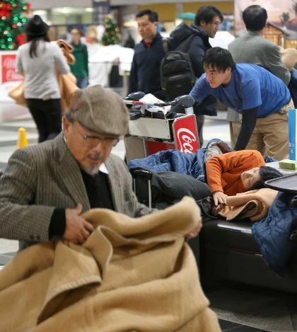 3000多名旅客被迫睡在新千歲機場。(圖擷自Yahoo Japan)