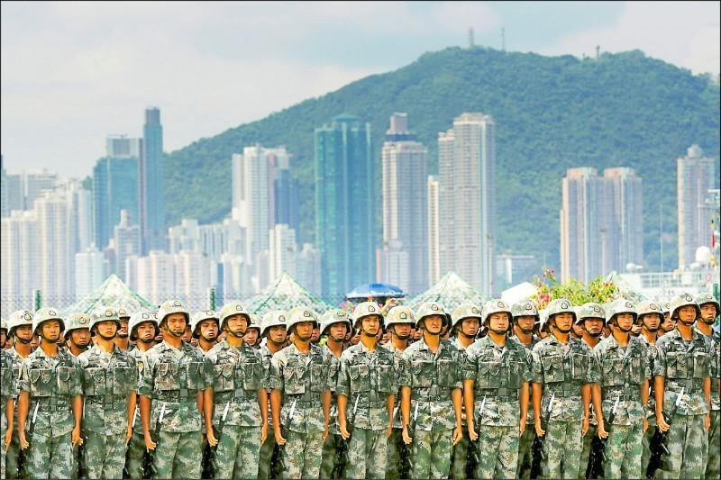 中國國防部24日聲稱,可依駐軍法在港府要求後,出動人民解放軍維持香港秩序。圖為解放軍駐港部隊6月30日在昂船洲海軍基地開放參觀日操演。(路透資料照)