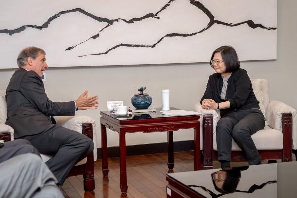 總統蔡英文日前接見美國國務院副助卿巴斯比時表示,當前不實消息的氾濫,已經是全球民主國家的共同挑戰,影響區域內國家的穩定發展。(圖擷取自蔡英文推特)