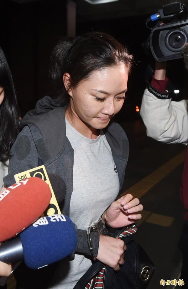 檢調偵辦北市警員涉嫌收賄包庇色情業者,晚間將酒店謝姓幹部移送台北地檢署複訊。(記者方賓照攝)