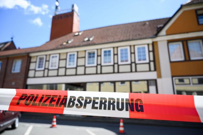 德國巴伐利亞州的帕紹市發生詭異命案,旅館內有3人被十字弓殺死,另有2人死於這屋子內(圖),已被警方封鎖。(法新社)