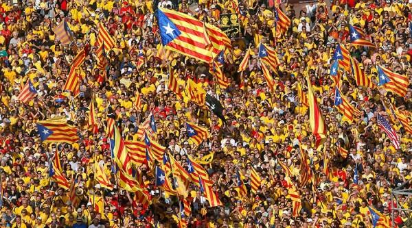 加泰隆尼亞自治區的獨派陣營,在今年9月底的地方議會選舉中拿下過半席次,目前正在討論從西班牙獨立的提案。圖為今年9月加泰隆尼亞在西班牙巴塞隆納舉行的遊行。(路透)