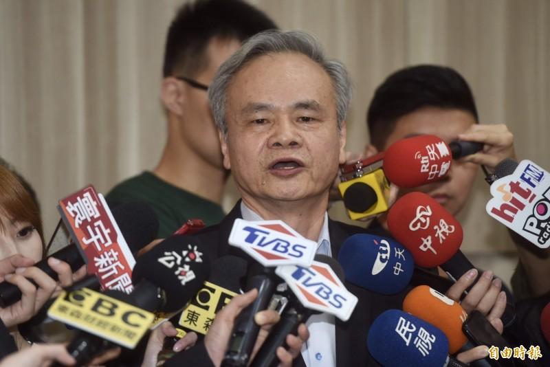 中華郵政智慧物流中心招租案惹議,被退休的中華郵政公司總經理陳憲着16日召開記者會說明。(記者簡榮豐攝)