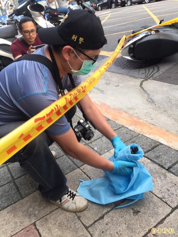 台北市今天下午一名女子在派出所附近被潑硫酸,灼傷送醫,警方前往採證。(記者陳恩惠攝)