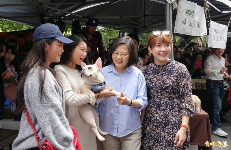 蔡總統今天近中午臨時增加一項行程,前往懷寧街參訪「一日台灣:島嶼物產市集」,與民眾親切互動。(記者劉信德攝)