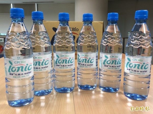 中油委外11萬瓶「健康元素水」原料過期,4.4萬瓶已於市面流通,中油今宣布緊急下架,消費者明起可退款。 (記者林菁樺攝)