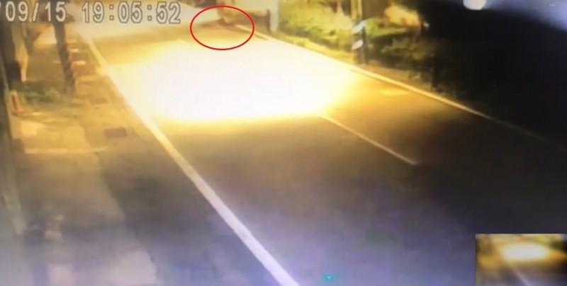 右上角(紅圈處)可以看見林姓男子倒臥路邊。(警方提供)