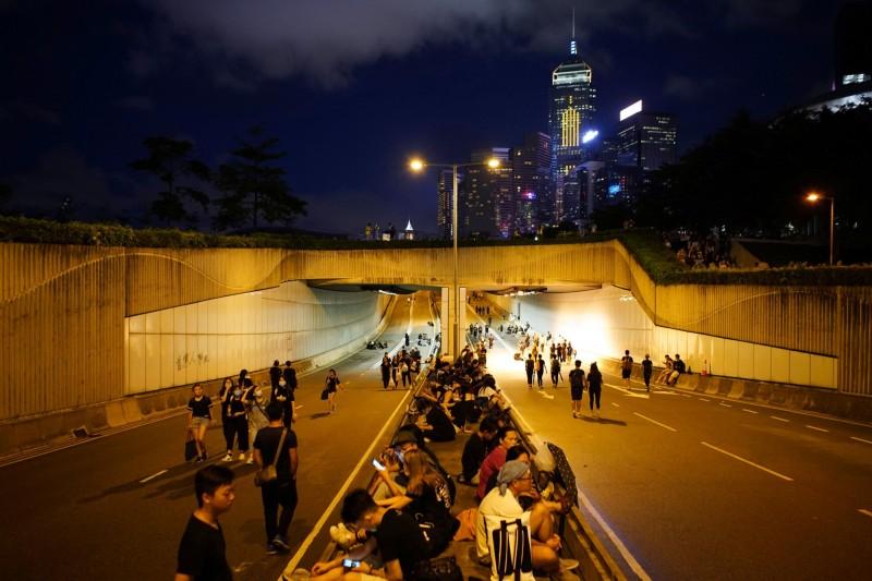香港反送中,直到今晨仍有民眾徹守立法會抗爭。(路透)