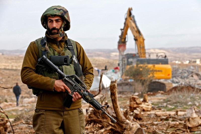 以色列軍隊21日晚間擊殺3名巴勒斯坦男子,從加薩地區越過邊界,並向以軍投擲爆裂物。圖非當事人,僅示意。(法新社)