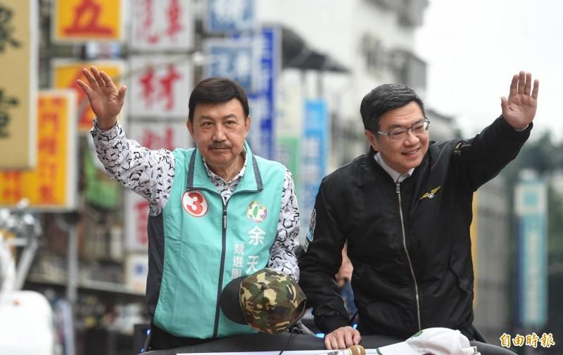 民進黨主席卓榮泰今天早上陪同新北市第三選區(三重)立委當選人余天車隊謝票。(記者劉信德攝)