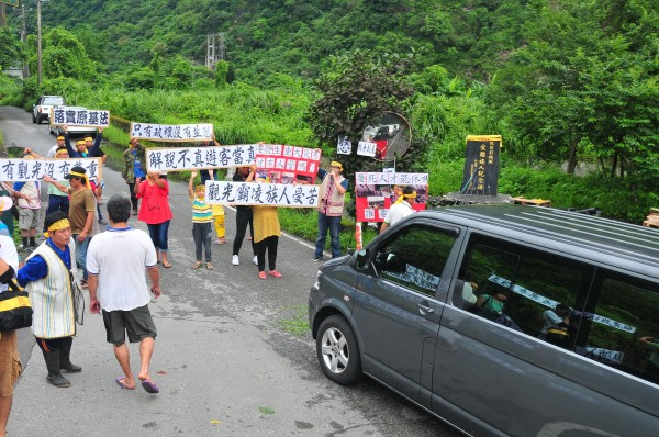 欲進入慕谷慕魚的9人座位巴士,被擋在歐菲莉颱風紀念碑前,最後紛紛掉頭。(記者花孟璟攝)