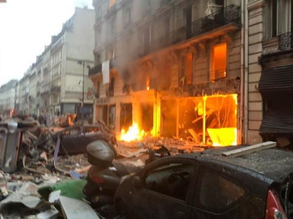 法國巴黎第9區特雷維索大街今(12日)發生大規模爆炸,原因和傷亡數字尚不清楚。(圖擷自@trent_murray推特)