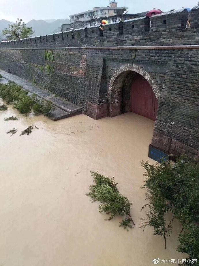 利奇馬颱風導致靈江水位上漲,臨海古城慘遭倒灌。(擷取自微博)